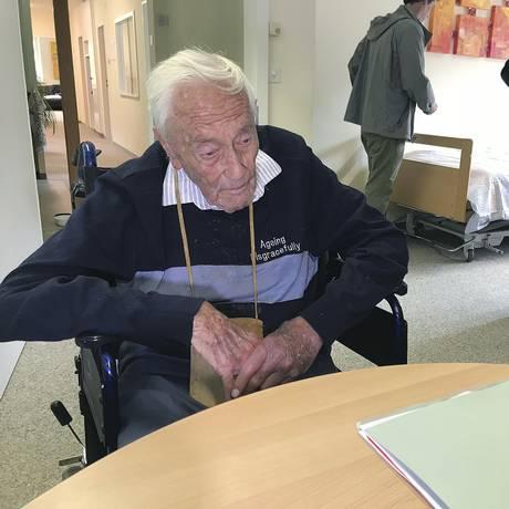 O cientista David Goodall em um quarto de uma clínica de Liestal, na Suíça, onde ele pôs fim à própria vida nesta quinta-feira Foto: Philipp Jenne / AP