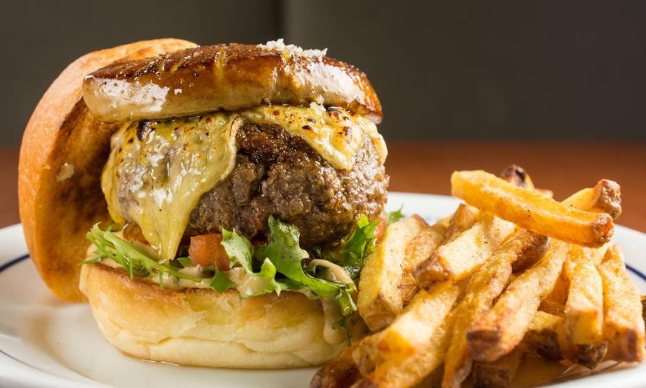 Le Burger, do Formidable Bistrot (2239-7632), no Leblon, é um dos destaques: black angus, maionese de mostarda Dijon, tomate confit, frisèe e gruyère no brioche de fermentação natural da casa (R$ 56) Foto: LipeBorges (lipeborges.com.br) / Divulgação