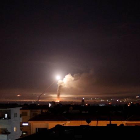 Misséis são vistos no céu de Damasco nas primeiras horas desta quarta-feira Foto: OMAR SANADIKI / REUTERS