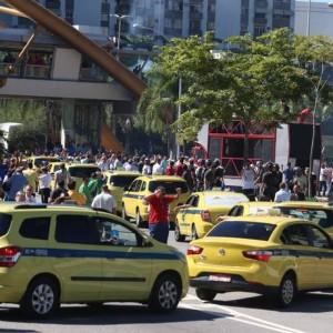 Protesto em frente à prefeitura fechou Avenida Presidente Vargas Foto: Fabiano Rocha / Agência O Globo
