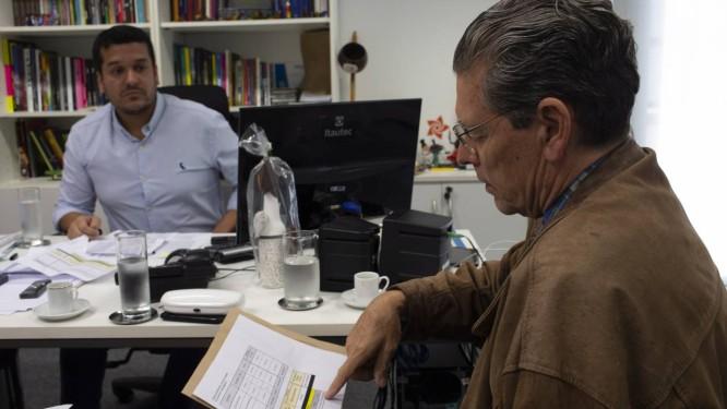 O secretário estadual de Cultura do Rio, Leandro Monteiro, e o presidente da Fundação Teatro Municipal, Fernando Bicudo, discutem os gastos com a ópera 'Um baile de máscaras' Foto: Alexandre Cassiano / Agência O Globo