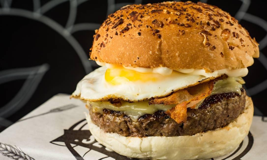 Seu Vidal. X-Egg Bacon - Hambúrguer de picanha, maionese de brasa, queijo gruyère, bacon e ovo frito no pão de batata com parmesão (R$ 30). Rua Ronald de Carvalho 275, Copacabana (3439-7719) LipeBorges (lipeborges.com.br) / Divulgação