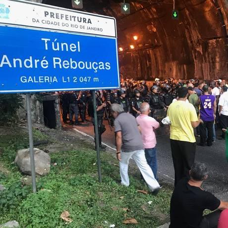 Manifestantes fecham o Túnel Rebouças e causam retenção no trânsito Foto: Rapahel Andreozzi