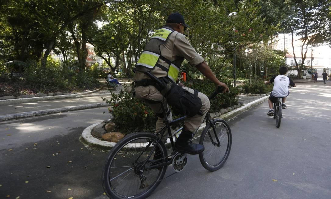 O que sobrou. Agente da Coordenadoria de Ciclopatrulhamento pedala no Campo São Bento: falta de reparo das bicicletas está restringindo atuação ao perímetro do parque Foto: Fábio Guimarães / Agência O Globo