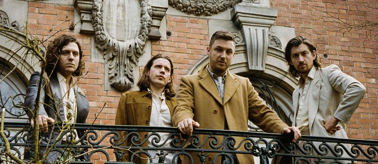 Alex Turner (à direita) e seus companheiros do grupo Arctic Monkeys Foto: Zachery Michael / Divulgação