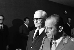 O General Ernesto Geisel visita o Palácio do Planalto, acompanhado pelo General João Baptista Figueiredo Foto: Orlando Brito / Agência O Globo (20-06-1973)