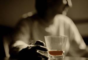 Perigo duplo: alta prevalência no uso tanto do tabaco quanto do álcool fazem das substâncias as que mais matam no planeta, com um total de vítimas de quase 10 milhões em 2015 Foto: Shutterstock/Nejron Photo