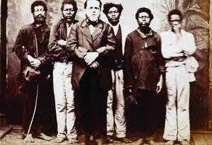 O senhor Militão Augusto de Azevedo com seus escravos em foto que data de 1860 Foto: Reprodução / Reprodução