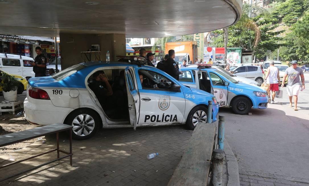 Paradas. Patrulhas na Rocinha estão sem uso há cinco meses, desde que PMs interromperam vaquinha para a manutenção dos carros Foto: Custódio Coimbra / Agência O Globo