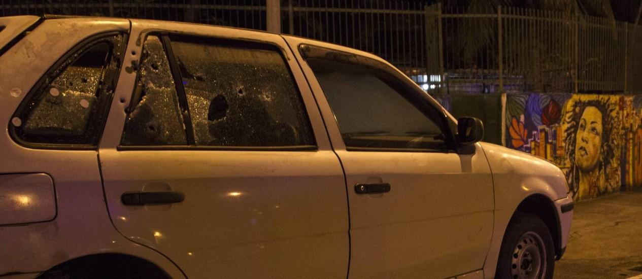 Marcas de disparos em veículo utilizado na reconstituição Foto: Ricardo Cassiano / Agência O Globo