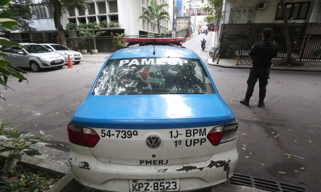 No Leme, carro da PM está parado há meses na Rua General Ribeiro da Costa com Ladeira Ary Marroso Foto: Custódio Coimbra / Agência O Globo