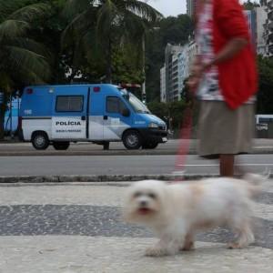 Van da PM estacionada no canteiro da Avenida Atlântica na esquina com a Avenida Princesa Isabel há meses Foto: Custódio Coimbra / Agência O Globo