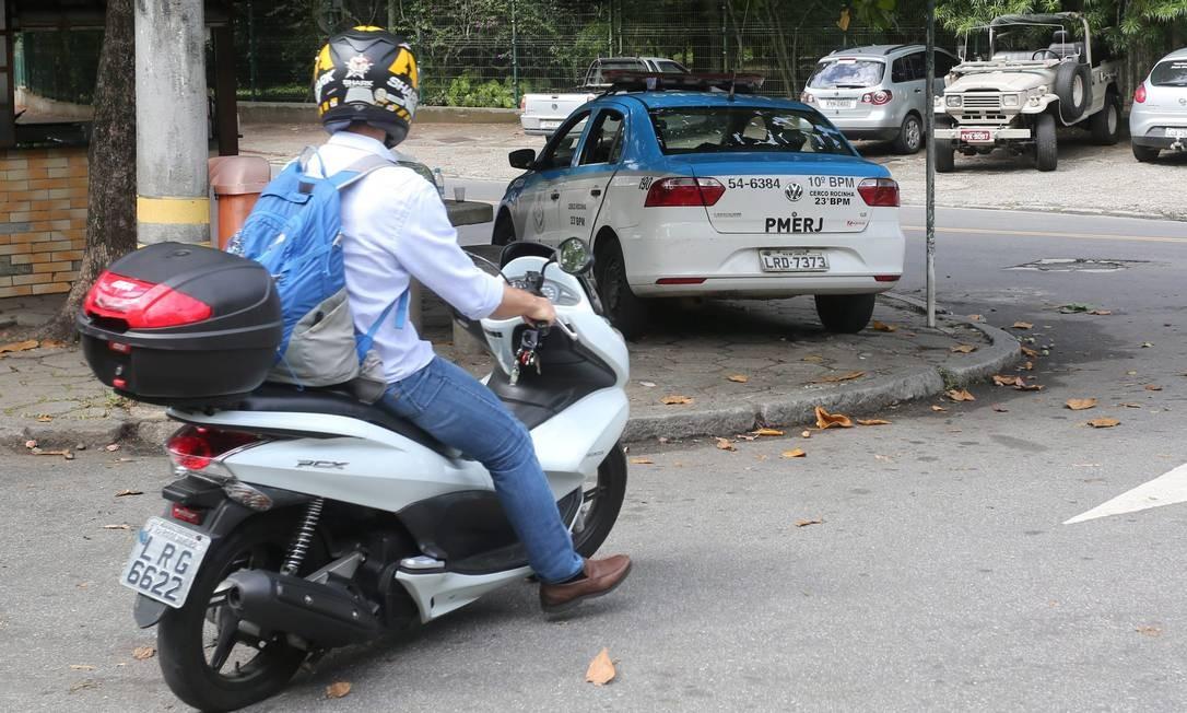 Carro que fica estacionado na Rua Pacheco Leão no Jardim Botânico só pega quando é empurrado Foto: Custódio Coimbra / Agência O Globo