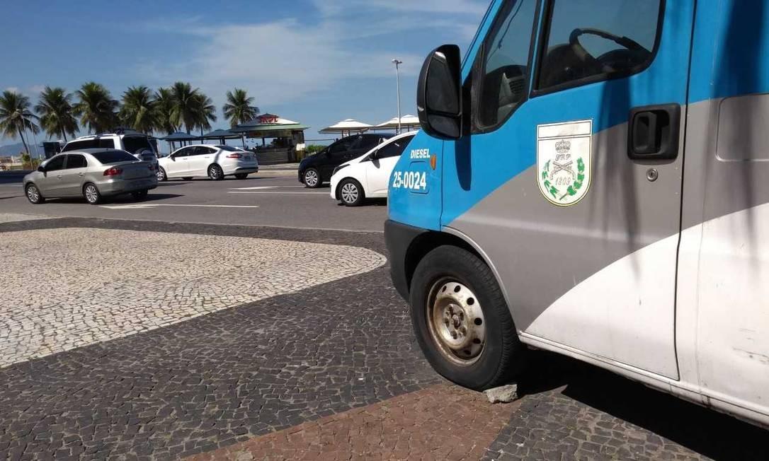 Uma pedra mostra que o freio de mão de van da PM está sem funcionar Foto: Gustavo Goulart / Agência O Globo