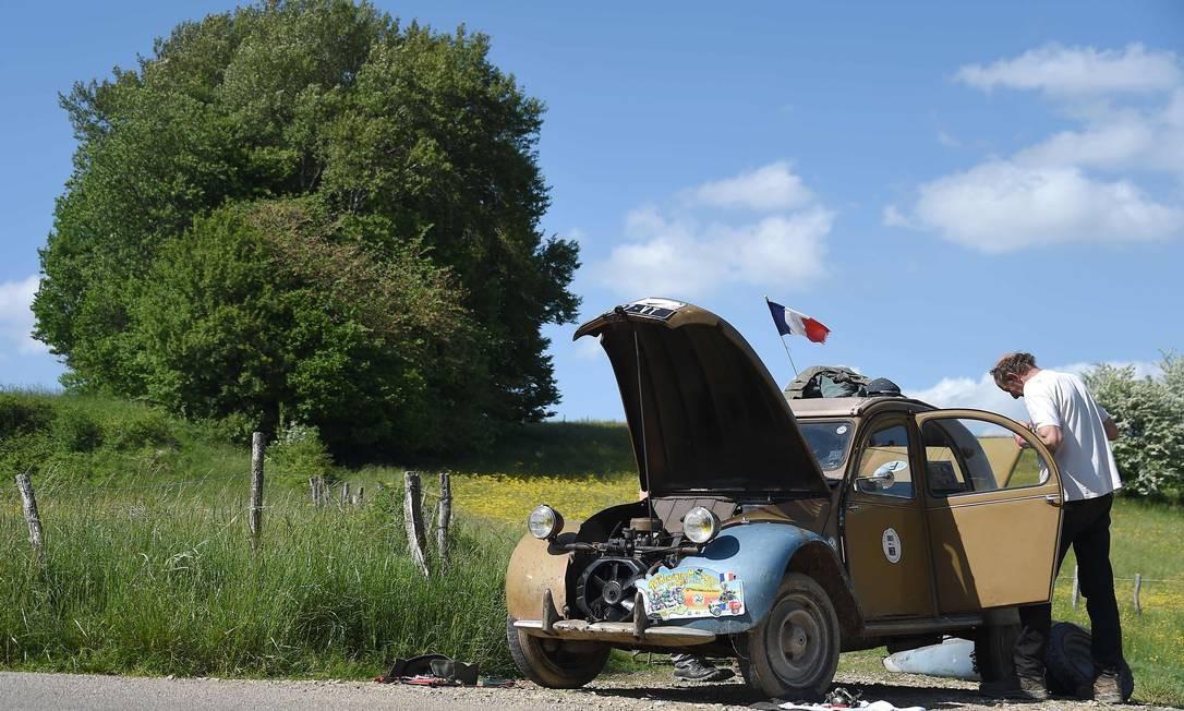 Colecionadores de toda a França e até de outros países pegam as estradas francesas para chegar ao encontro. Alguns precisam parar para reparar o veículo pelo caminho. Sebastien Bozon / AFP