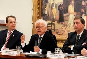 Pedro Dallari (direita) em debate sobre o projeto da Lei da Anistia, acompanhado de Décio Lima e Fábio Konder Foto: Aílton de Freitas / Agência O Globo