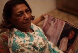Marinete exibe com orgulho o álbum de fotos dos 15 anos de Marielle Foto: Reprodução de vídeo/ Fernando Lemos