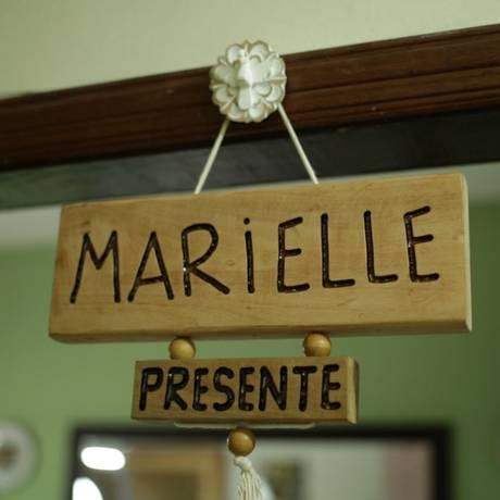 Móbile pendurado na porta da família: 'Marielle presente' Foto: Reprodução de vídeo/ Fernando Lemos