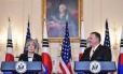 Mike Pompeo e Kang Kyung-wha falam em Washington Foto: MANDEL NGAN / AFP