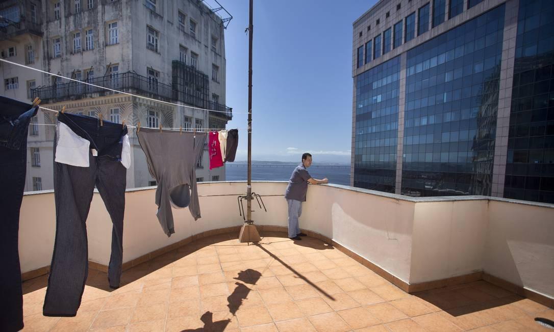 Um ângulo pouco visto do prédio: do terraço do edifício nº 4 da Avenida Rio Branco. Foto: Márcia Foletto/24/09/2014 / Agência O Globo