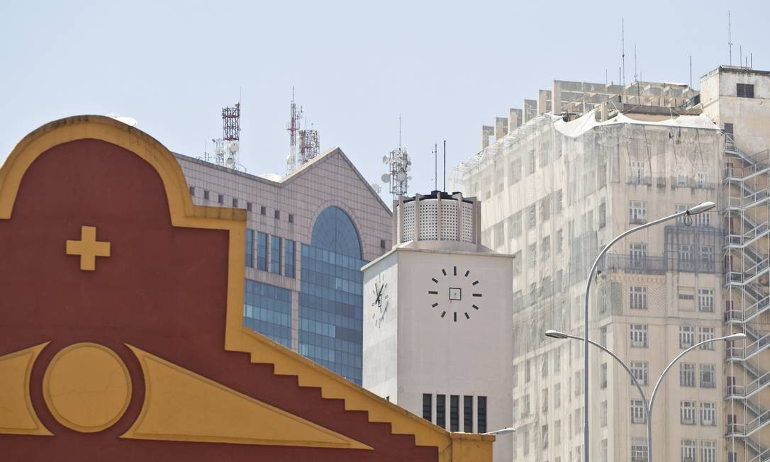 Junto com os armazáns do porto, RB1 e o relógio do prédio da PF, o edifício A Noite é uma das construções que ajudam a contar a história da Zona Portuária. Foto: Márcia Foletto/19/11/2013