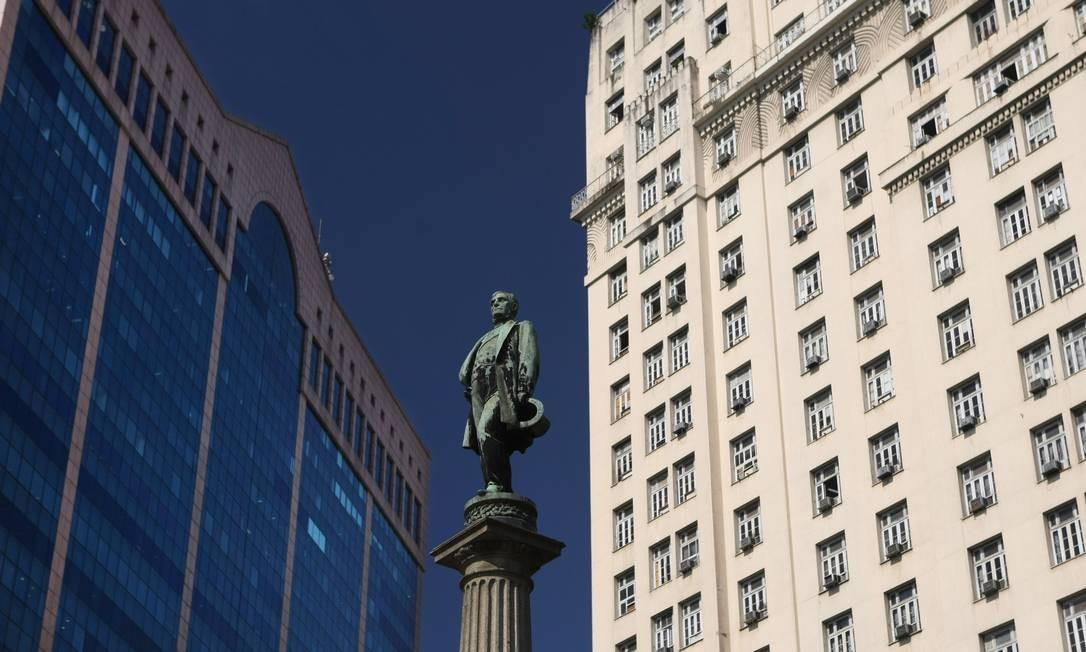 Composição de cartão-postal: a estátua do Barão de Mauá, com o edifício A Noite, e o edifício RB1, na Praça Mauá. Foto: Márcia Foletto/19/06/2009