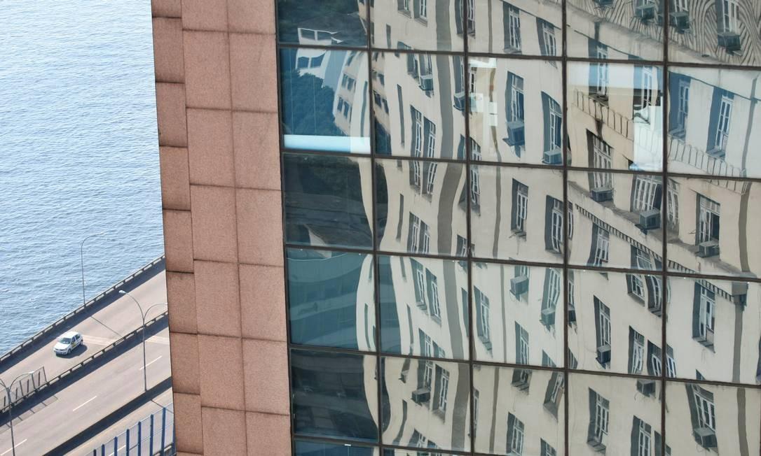 Ainda com a perimetral ao fundo, a imagem do reflexo do edifício A Noite, primeiro arranha-céu da América Latina, no moderno edifício RB1. Foto: Márcia Foletto