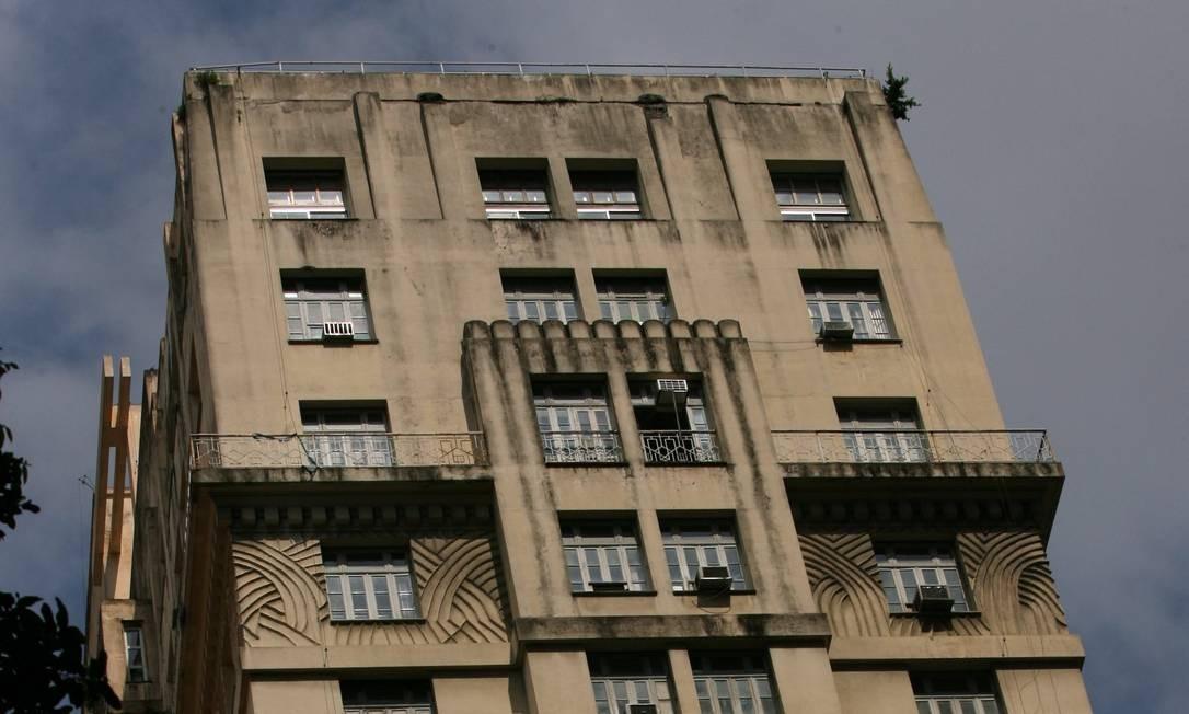 """Inaugurado no final da década de 1920, o prédio, em estilo art déco, tem 22 andares. Inicialmente, foi batizado com o nome de um dos arquitetos que o projetou, o francês Joseph Gire (em parceria com Elisário Bahiana), também responsável pelos hotéis Copacabana Palace e Glória. Depois que se tornou sede do vespertino """"A Noite"""", passou a ser mais conhecido pelo nome do jornal. Foto: Ana Branco/04/12/2007"""