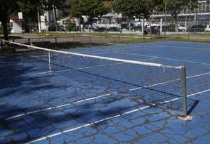 Recuperação: projeto prevê duplicação da quadra de tênis, atualmente degradada Foto: Fábio Guimarães / Agência O Globo