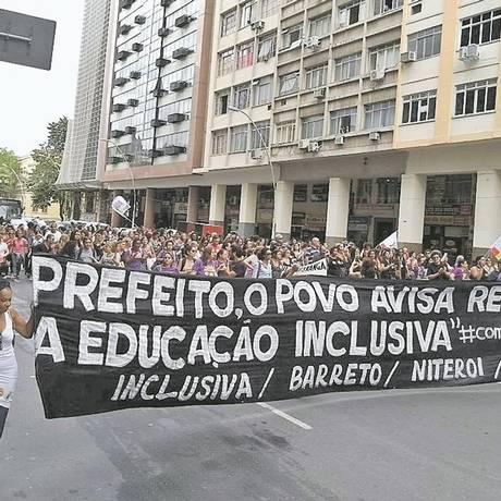 Passeata. Profissionais de educação caminham pelo Centro de Niterói após a aprovação da greve da categoria Foto: Foto de leitor/Anderson Carvalho / Terceiro