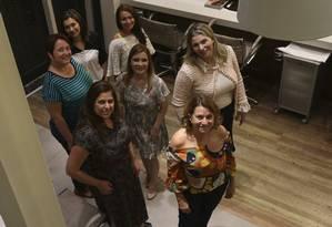 A equipe responsável pelo dia de beleza e, ao fundo, três das mães que participaram da ação Foto: Agência O Globo / Pedro Teixeira