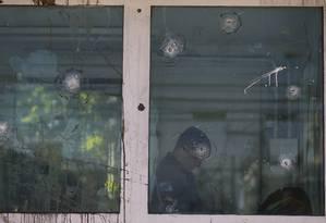 Marcas de tiro na cabine da Polícia Militar na Cidade de Deus Foto: Pablo Jacob / Agência O Globo
