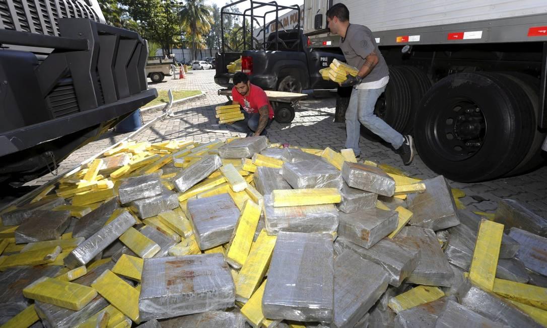 Policiais organizam a droga apreendida em caminhão na Via Dutra Foto: Domingos Peixoto / Agência O Globo