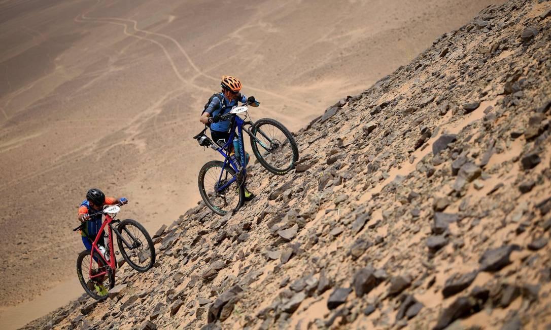 Trata-se de uma prova de mountain bike realizada num cenário tão adverso quanto deslumbrante, que exige do competidor força física e mental Franck Fife / AFP