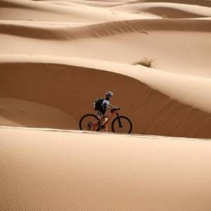 Disputada desde 2006, A Titan Desert atravessa parte do Deserto do Saara Foto: Franck Fife / AFP