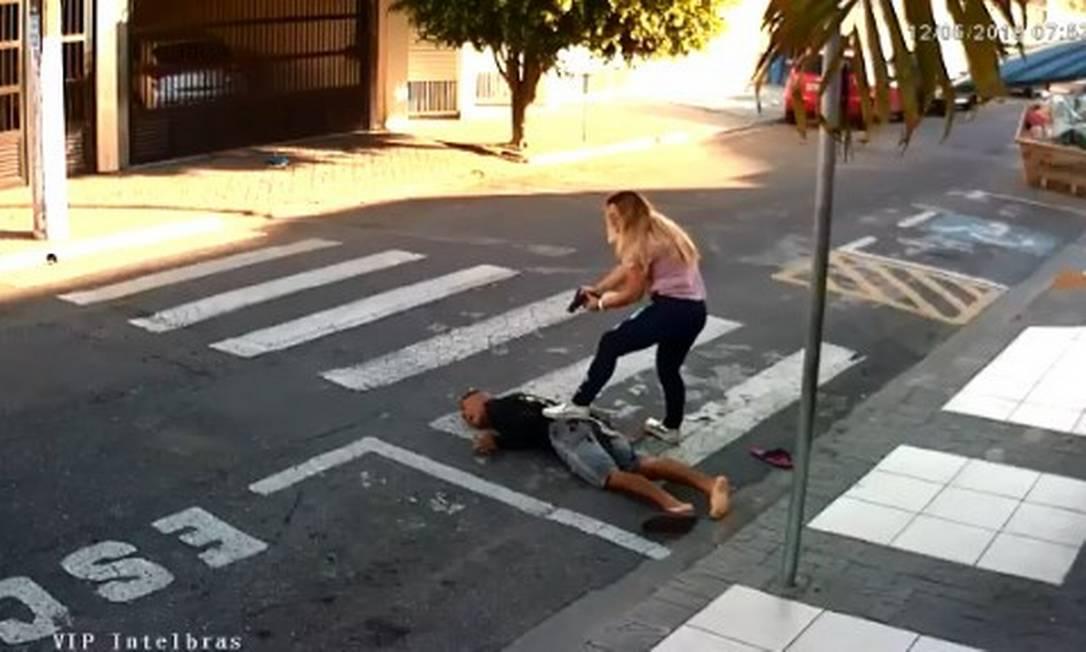 Policial militar reage a tentativa de assalto enquanto aguardava com a filha em frente a escola Foto: Reprodução