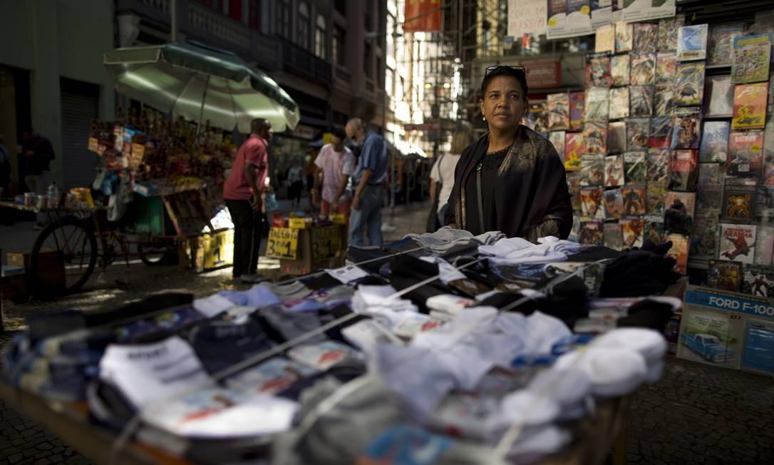 Depois de perder o emprego de copeira e não conseguir recolocação, Sueli dos Santos Freitas começou a vender meias na rua Foto: Márcia Foletto / Agência O Globo