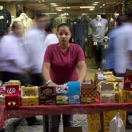 Juliana se formou em gastronomia, mas não conseguiu emprego na área. Trabalha na rua, como a mãe Foto: Márcia Foletto / Agência O Globo