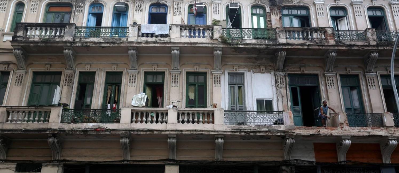 Prédio da Avenida Mem de Sá: tráfico toma conta do imóvel Foto: Custódio Coimbra / Agência O Globo