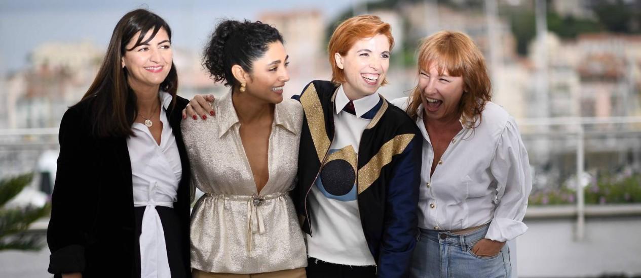 "A produtora Didar Domehri (esq.), a atriz Golshifteh Farahani, Eva Husson and a atriz Emmanuelle Bercot na sessão de ""Les filles du soleil"" Foto: ANNE-CHRISTINE POUJOULAT / AFP"