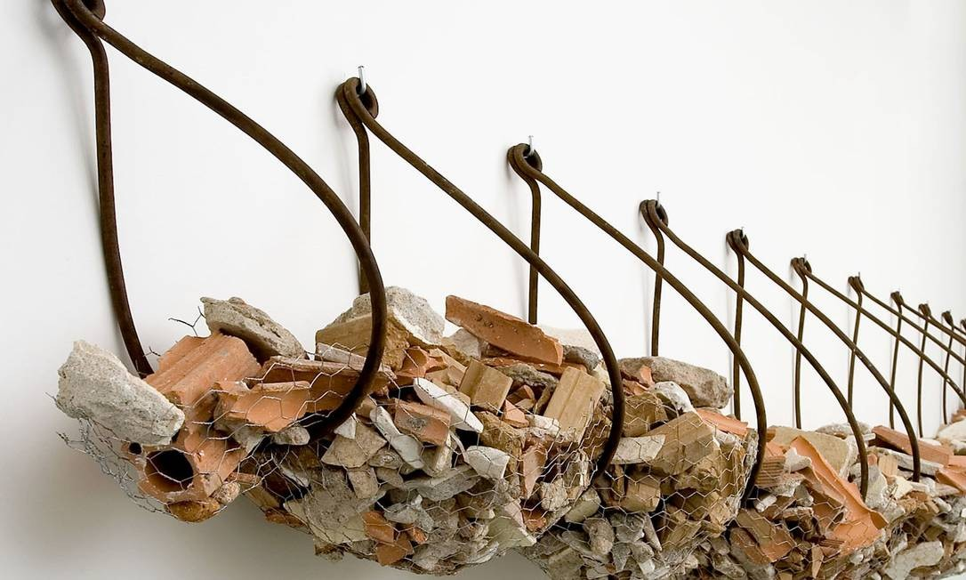Escultura sem título de 2005, feita com entulho de obra, que está na exposição Foto: Divulgação
