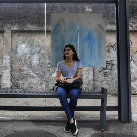 Teste de paciência. A estudante Amanda Santos aguarda, em um ponto de ônibus no Leblon, condução até a Lapa, onde faz estágio: ela conta que, em alguns dias, chega a levar uma hora para conseguir embarcar na Troncal 10 Foto: Pablo Jacob