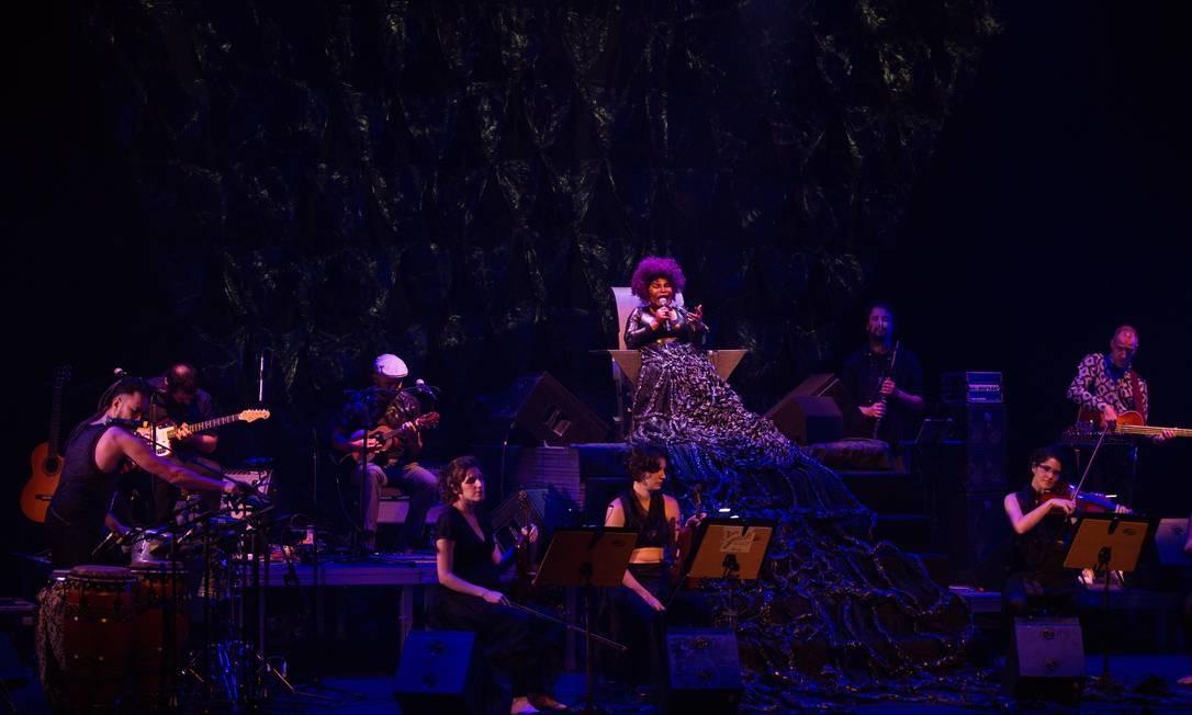 Elza Soares no show do disco 'A mulher do fim do mundo', em 2015 Foto: Bárbara Lopes