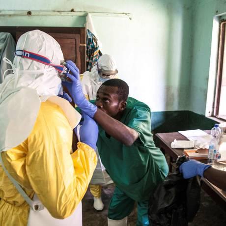 Profissionais de saúde vestem equipamentos de segurança ao se prepararem para atender casos suspeitos de ebola no hospital Bikoro, na República Democrática do Congo Foto: AFP PHOTO /UNICEF/MARK NAFTALIN
