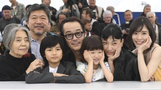O cineasta japonês Hirokazu Kore-eda, cercado pelo elenco de 'Shoplifters'. Da esquerda para a direita, Kirin Kiki, Jyo Kairi, Lily Franky, Miyu Sasaki, Sakura Ando e Mayu Matsuoka Foto: Arthur Mola / AP