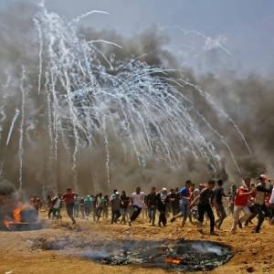 Dezenas de manifestantes palestinos correm dos ataques do exército de Israel na Faixa de Gaza Foto: Mohammed Abed / AFP