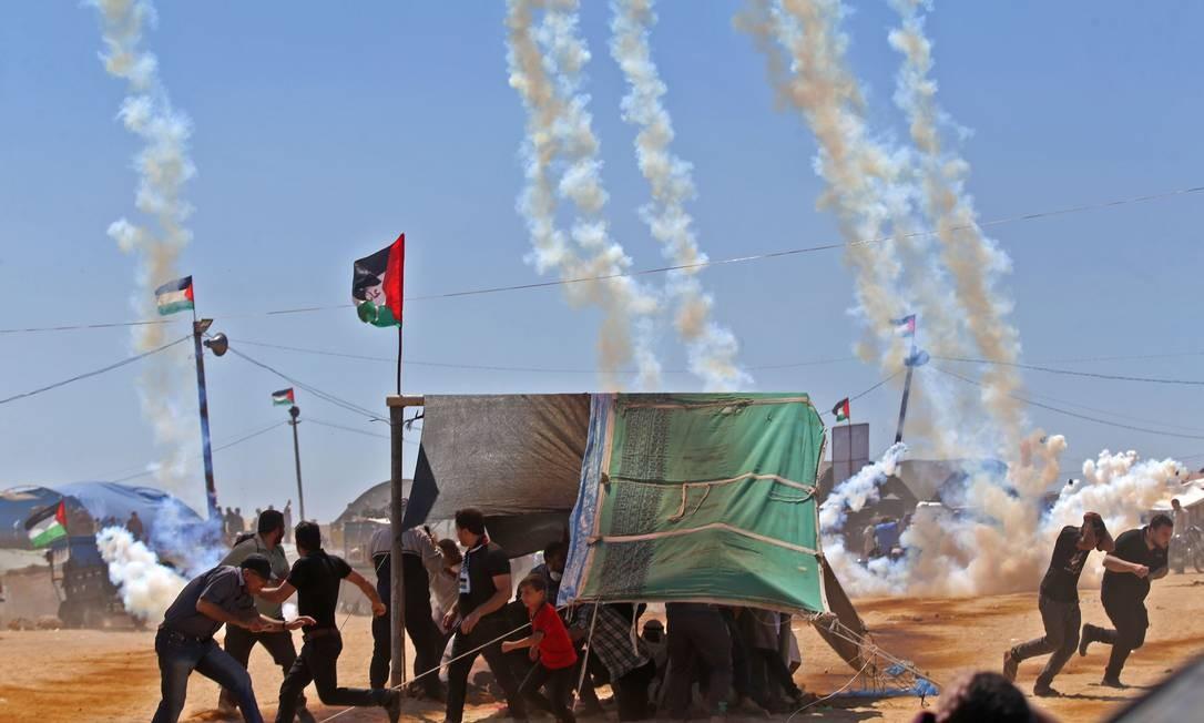 Palestinos correm das bombas de gás lançadas por Israel na Faixa de Gaza: mais de 40 mortos e 1.800 feridos Mohammed Abed / AFP