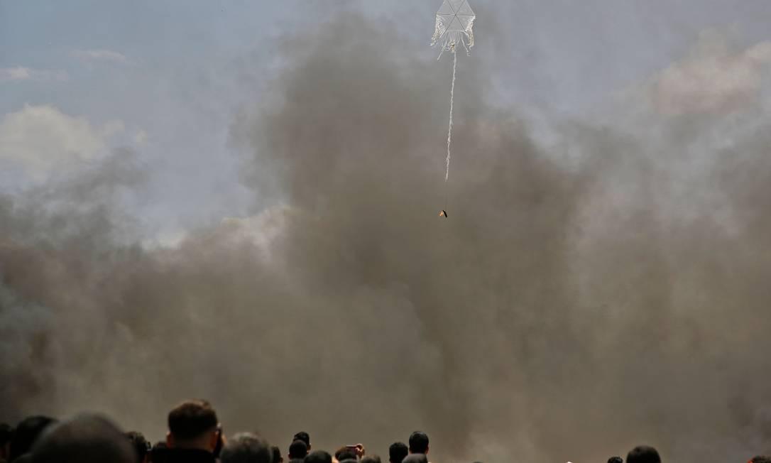 Pipa carregando coquetel molotov voa sobre a fronteira entre Gaza e Israel Mohammed Abed / AFP