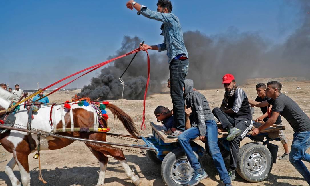 Carroça transporta um ferido após resposta violenta do Exército israelense na Faixa de Gaza Thomas Coex / AFP