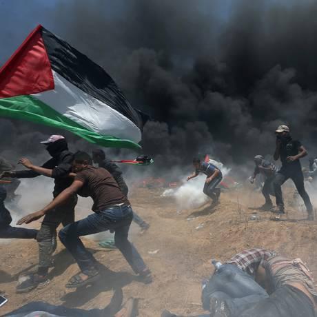 Participantes do protesto em Gaza procuram de proteger dos ataques do exército de Israel Foto: Ibraheem Abu Mustafa / REUTERS